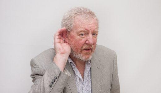 耳が遠く会話が聞こえにくいのに補聴器を付けないお年寄りの介護を楽にするグッズ
