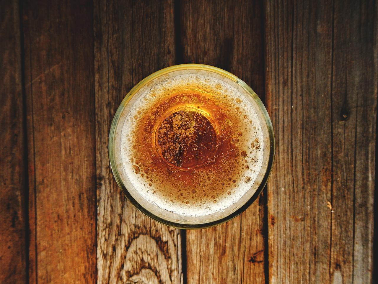 ビールで薬を飲んではいけないの?水か酒か問題は未解決